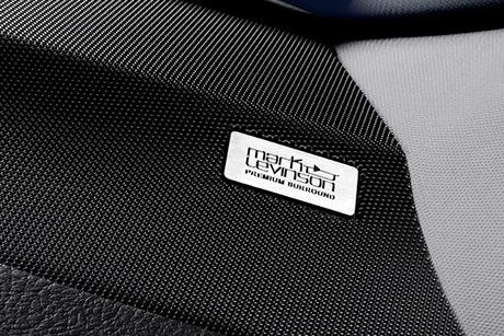 Il logo Mark Levinson inserito nella struttura metallica a maglie di un altoparlante