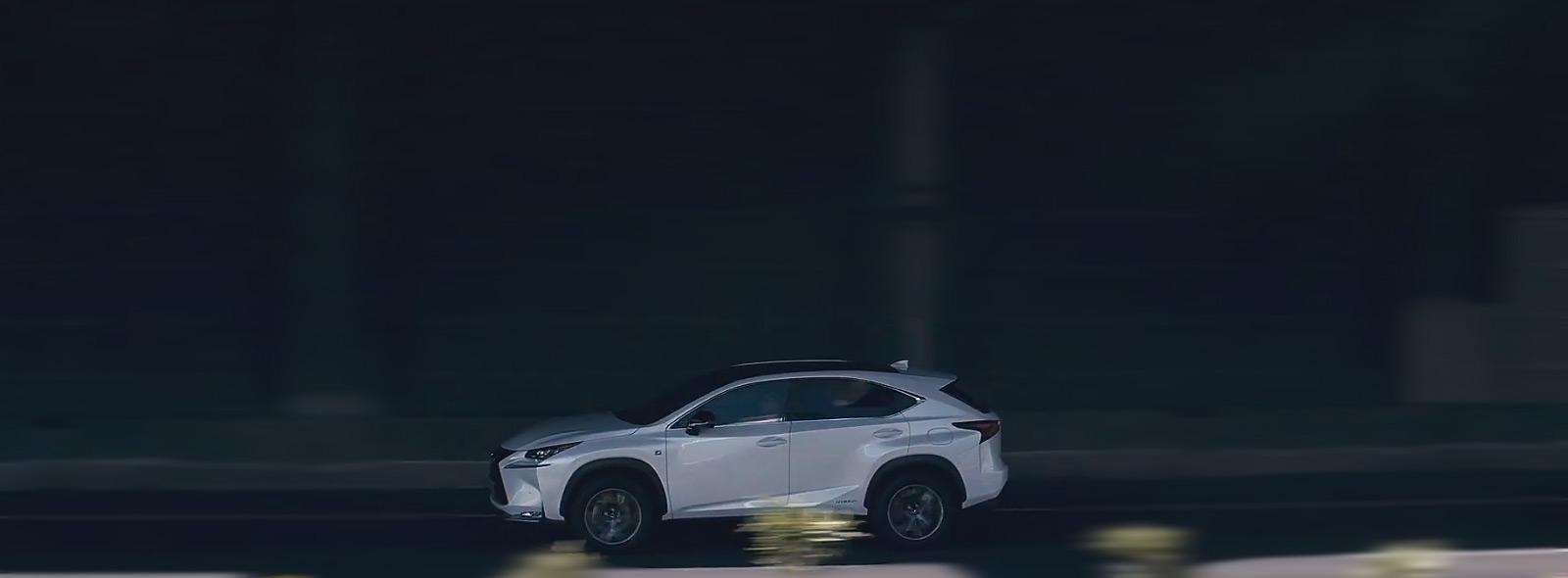 NX Hybrid Icon colore bianco percorre una strada urbana ombreggiata