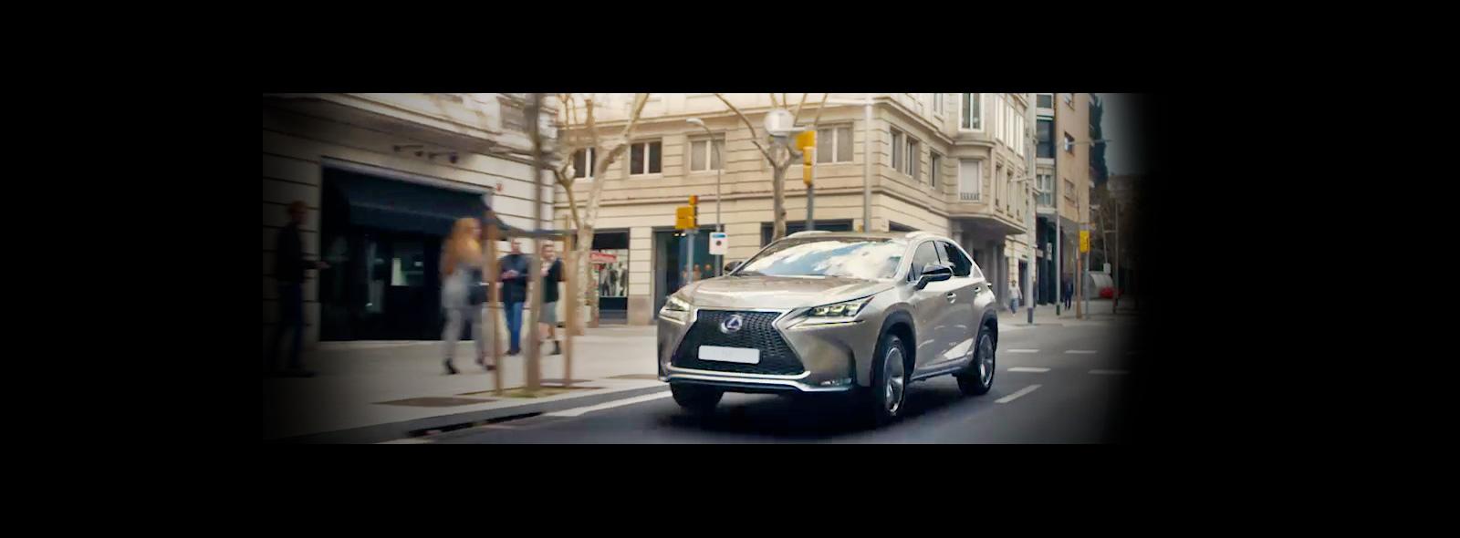 NX Hybrid ICON colore sonic titanium percorre una strada urbana