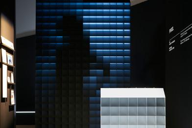 Un dettaglio del progetto PIXEL con giochi di luci e ombre proiettate su superfici quadrettate