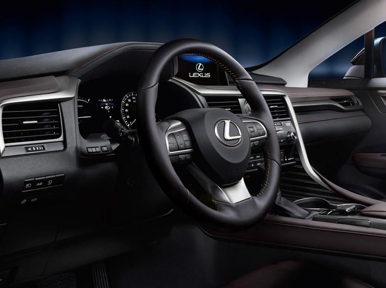 Lexus RX Hybrid con il volante in pelle