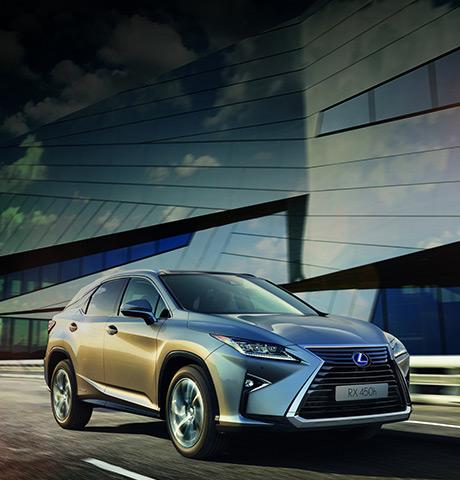 RX Hybrid colore sonic titanium e sullo sfondo un edificio in vetro