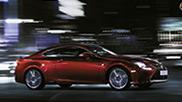 Vista laterale di RC Hybrid F SPORT rossa su strada urbana di sera