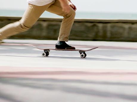Dettaglio delle gambe di un ragazzo in skateboard