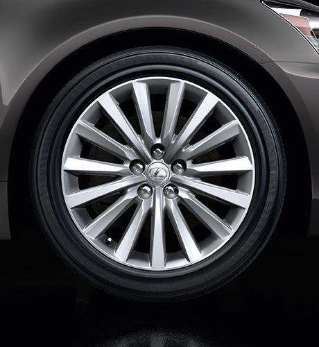 Primo piano di una ruota con cerchio in lega Lexus