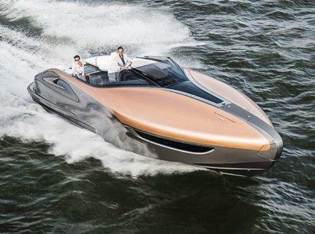 Un uomo e una donna a bordo del Lexus Sport Yacht in mare aperto