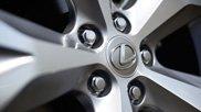 Dettaglio di un cerchio con logo Lexus al centro