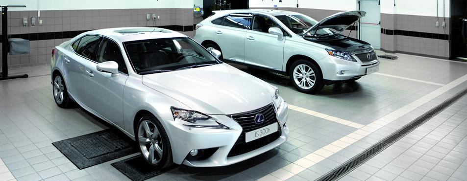 IS Hybrid e RX Hybrid bianche in riparazione in un officina Lexus