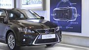 Vista frontale di una CT Hybrid nera in uno showroom Lexus