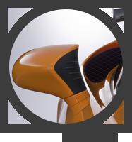 Lo specchietto retrovisore esterno destro della LFA colore arancione