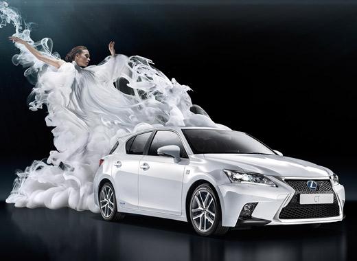 Donna con un vestito bianco danza dietro una CT Hybrid bianca