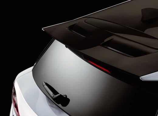 Dettaglio dello spoiler posteriore di una CT Hybrid bianca con tetto nero