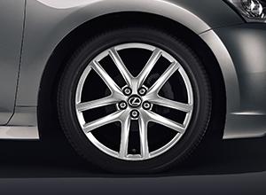 Lexus CT Hybrid ICON con i cerchi bruniti da 17
