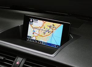 Lo schermo del Lexus Navigation di una CT Hybrid Black Street mostra un itineriario su di una mappa