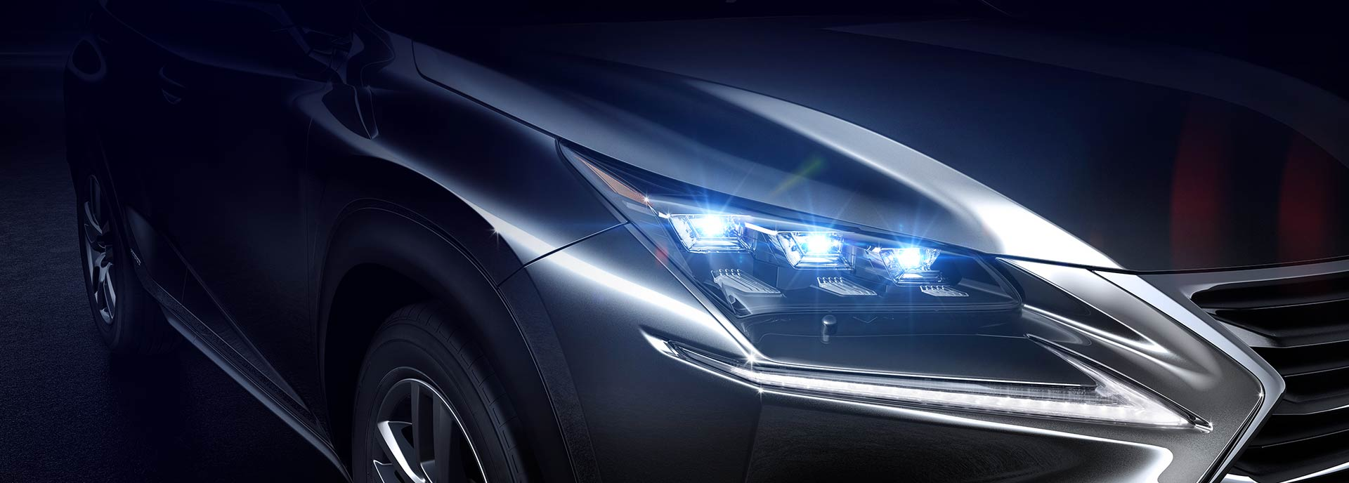 Primo piano del faro di destra di una Lexus LC grigio metalizzato