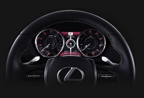 Il volante di una Lexus rifinito in pelle e luci cruscotto rosse
