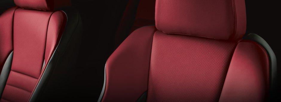 Dettaglio sedili anteriori in pelle di una Lexus colore rosso e nero