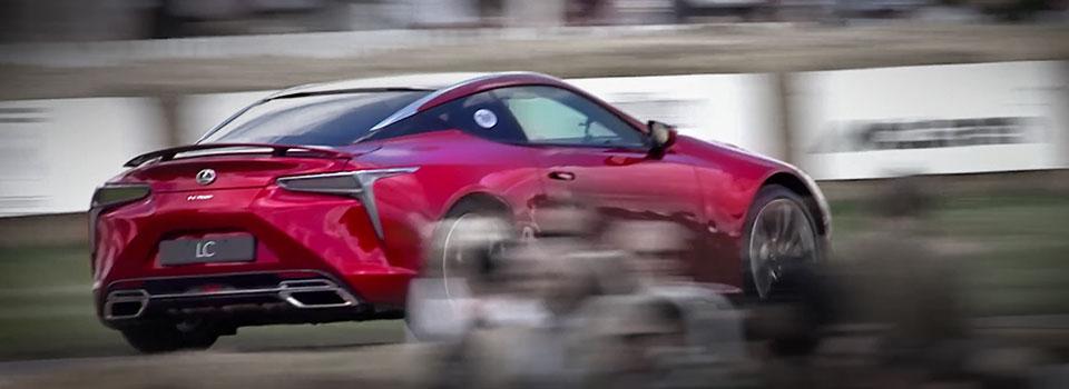 Nuova LC rossa in curva su circuito sportivo
