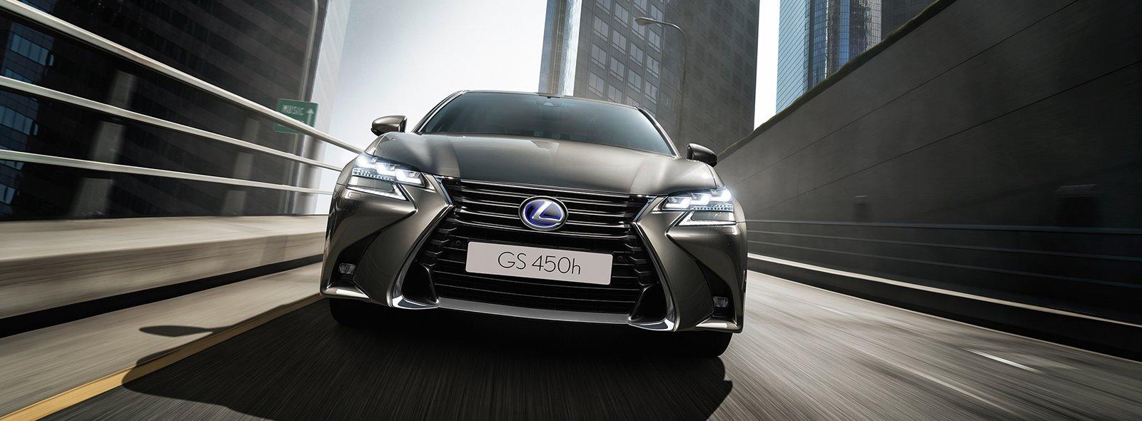 La berlina GS Hybrid 450h sonic titanium su una strada urbana