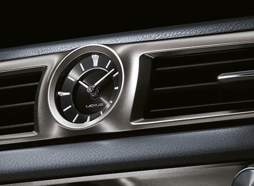 Dettaglio interno sull orologio Lexus posto al centro della plancia
