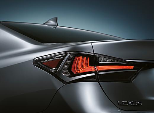 Dettaglio posteriore delle luci di stop a forma di L della GS Hybrid 450h