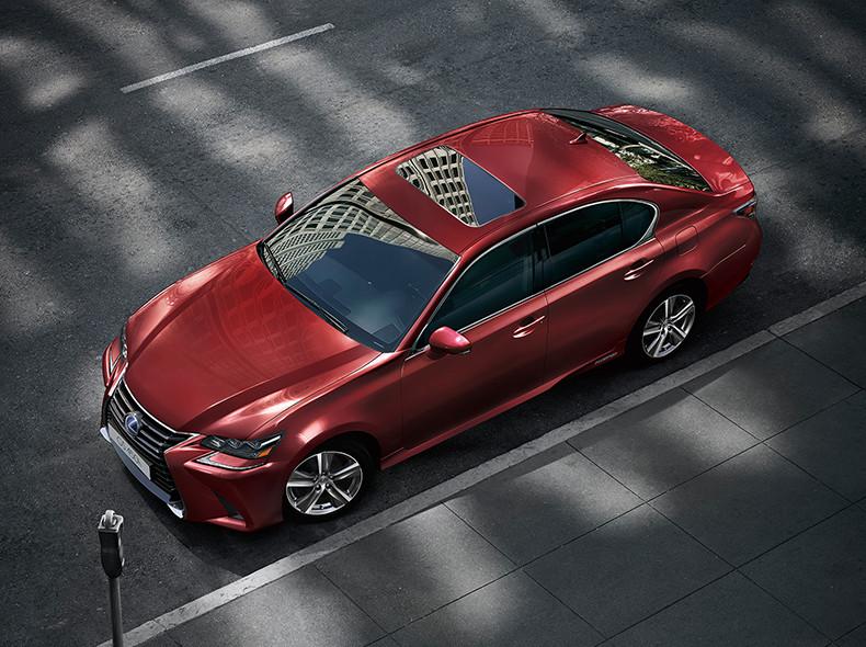 Vista dall alto della berlina GS Hybrid 450h colore rosso su strada urbana