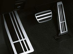 La pedaliera in alluminio della GS Hybrid 450h F SPORT
