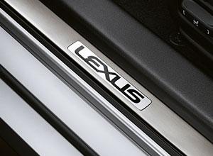 Battitacco anteriori e posteriori con logo Lexus in alluminio spazzolato