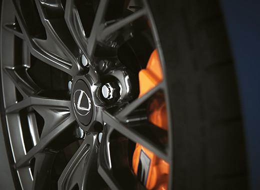 Dettaglio del cerchio in lega della GS F con freni a disco arancioni e logo Lexus F Performance