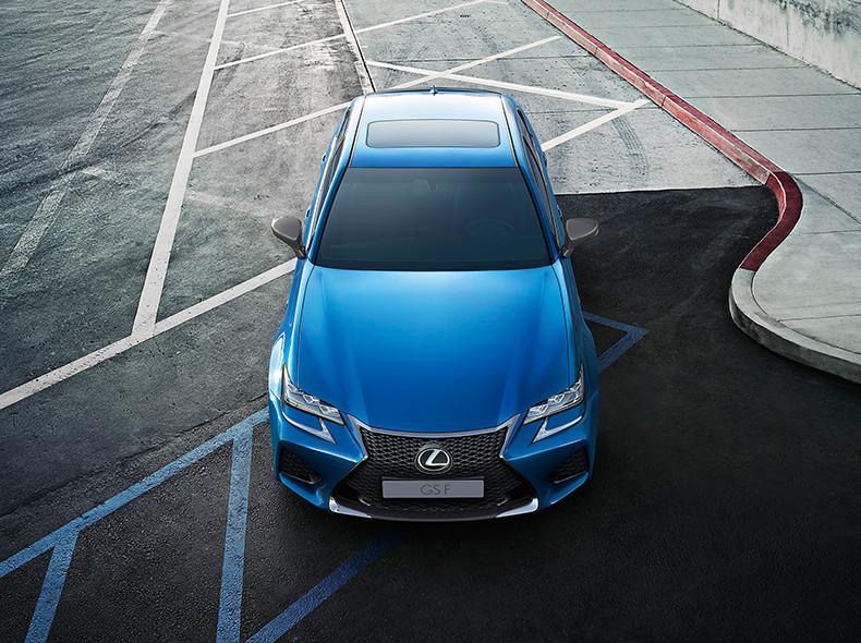 Vista frontale della nuova berlina sportiva GS F colore blu oceano ferma in un parcheggio