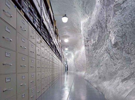 A sinistra gli schedari dell archivio Corbis e a destra una parete rocciosa