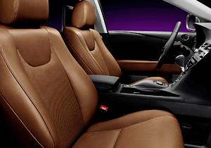 Dettaglio degli interni in pelle topaz brown di una Lexus