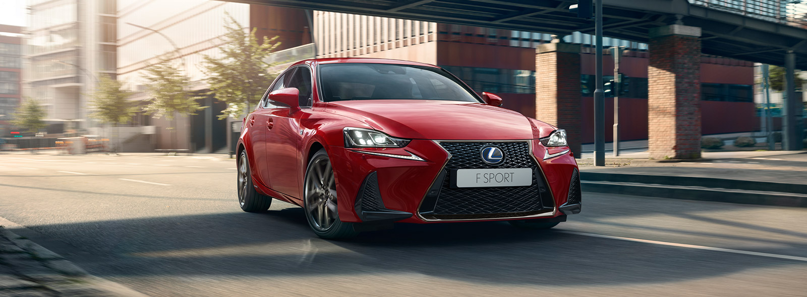 Lexus IS Hybrid MY17 colore rosso brillante con fari a LED