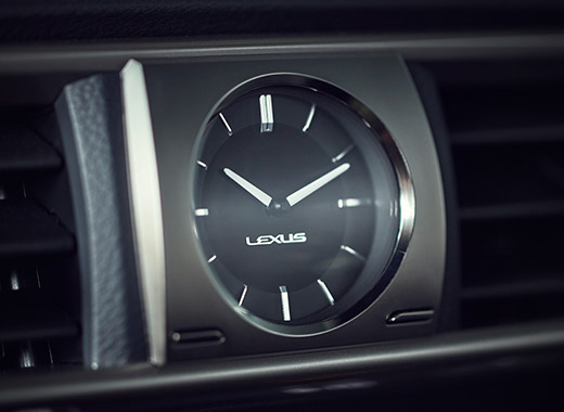 Lexus IS Hybrid MY17 con l orologio analogico con illuminazione a LED