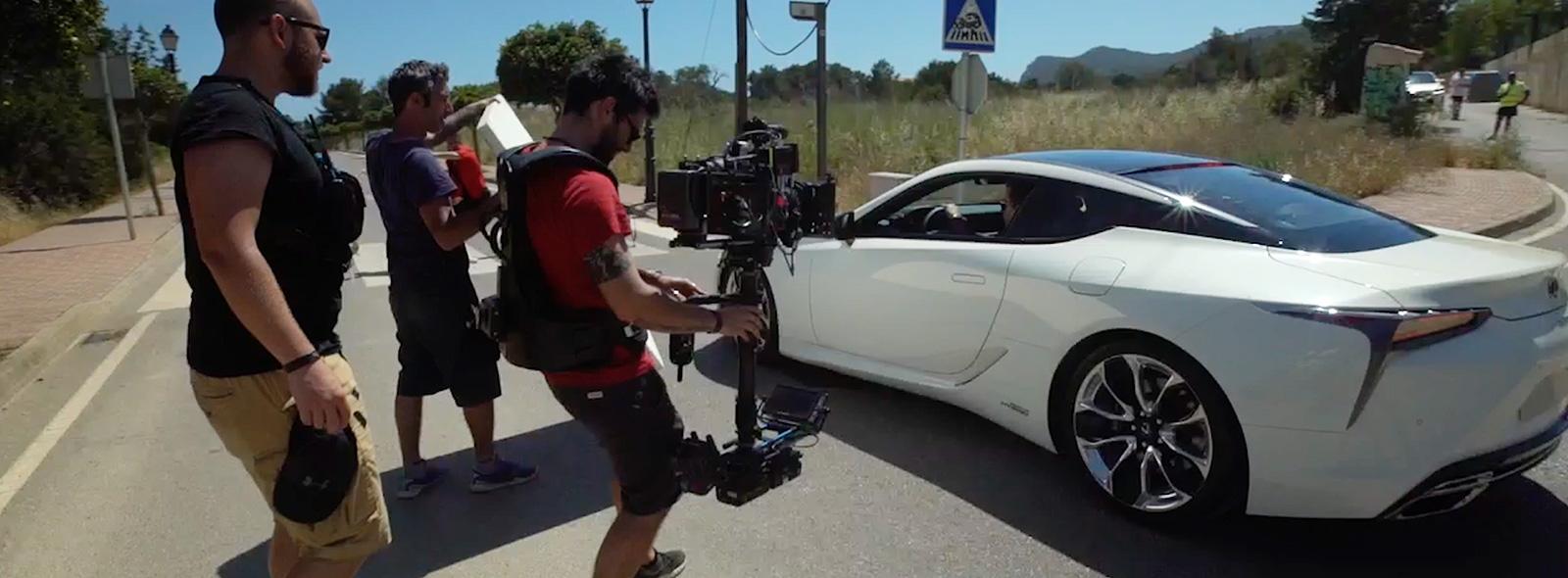 Alcuni operatori di scena riprendono Mark Ronson a bordo della nuova LC sul set del nuovo spot Lexus