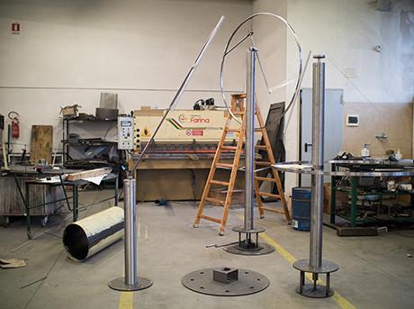 Stanza con oggetti metallici e uno scala in legno