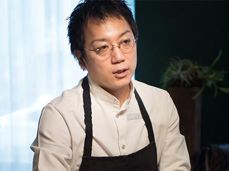 Lo chef stellato Yoji Tokuyoshi mentre viene intervistato