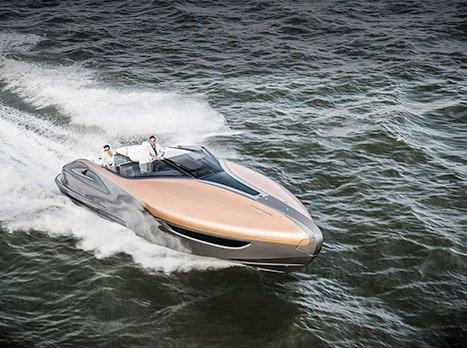 Il Concept Lexus Sports Yacht mentre naviga nel mare