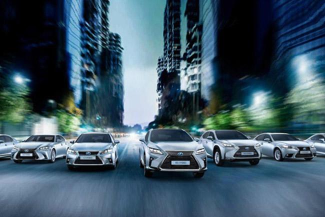 L'intera gamma ibrida Lexus percorre una strada urbana