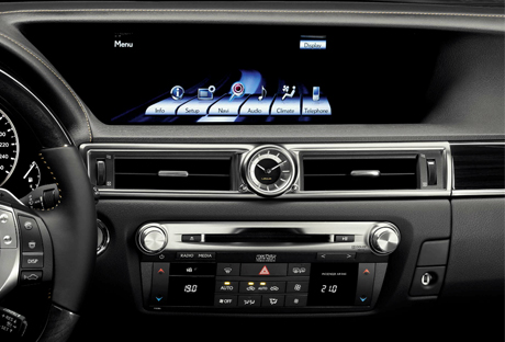 Primo piano del navigatore di bordo Lexus con visibili i controlli per il sistema multimediale