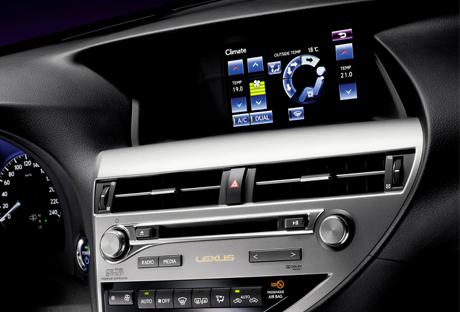 Primo piano del navigatore di bordo Lexus e i comandi per la climatizzazione
