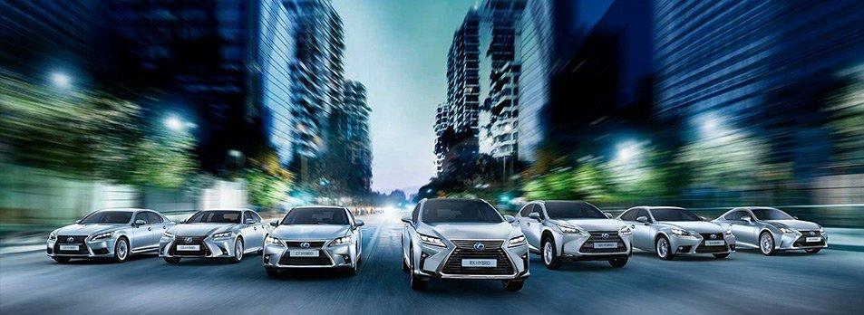 Vista frontale di tutti i modelli Lexus ibridi su strada di città