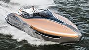 Un uomo guida ad alta velocità il nuovo Lexus Sport Yacht in mare aperto Accanto a lui una donna