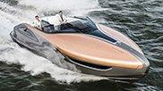 Un uomo guida il nuovo Lexus Sport Yacht in mare aperto Accanto a lui una donna