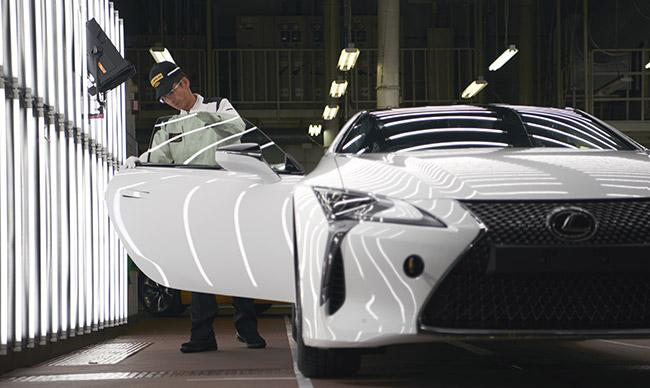 Un modello della nuova LC con vernice esterna bianca F SPORT viene assemblato in fabbrica da un operaio