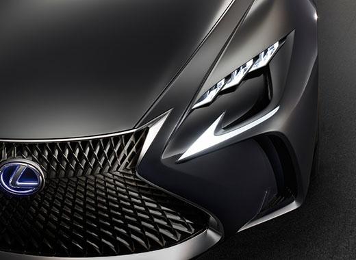 Griglia frontale con nuovo disegno a maglie e logo Lexus di LC FC