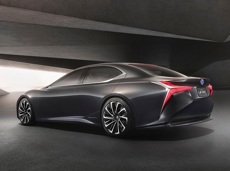 Vista laterale della concept car ibrida LC FC colore grigio