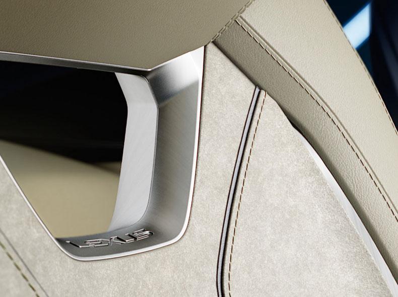 Dettaglio sedili in pelle con logo brand del concept Lexus LF SA