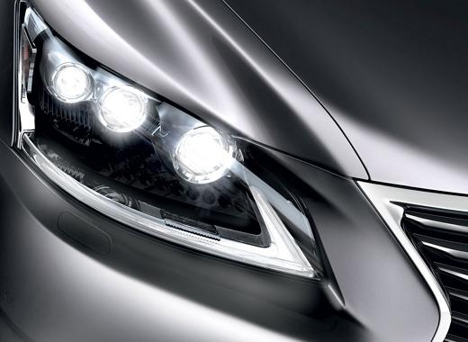 Dettaglio faro anteriore destro di Lexus LS Hybrid Luxury colore argento