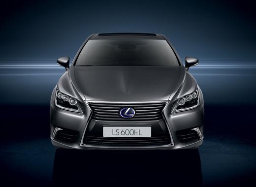 Vista frontale di Lexus LS Hybrid Luxury colore grigio scuro